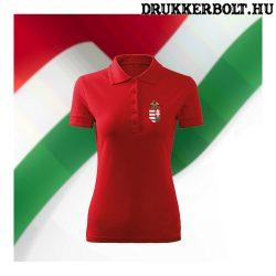 Hungary / Magyarország feliratos galléros rövidujjú női póló - Magyarország szurkolói ingnyakú póló (piros)